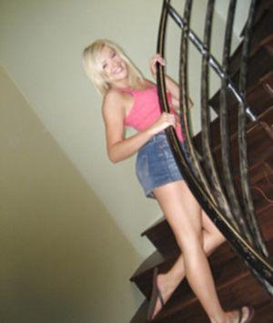 Похотливая блонда хочет пороться во все дыры