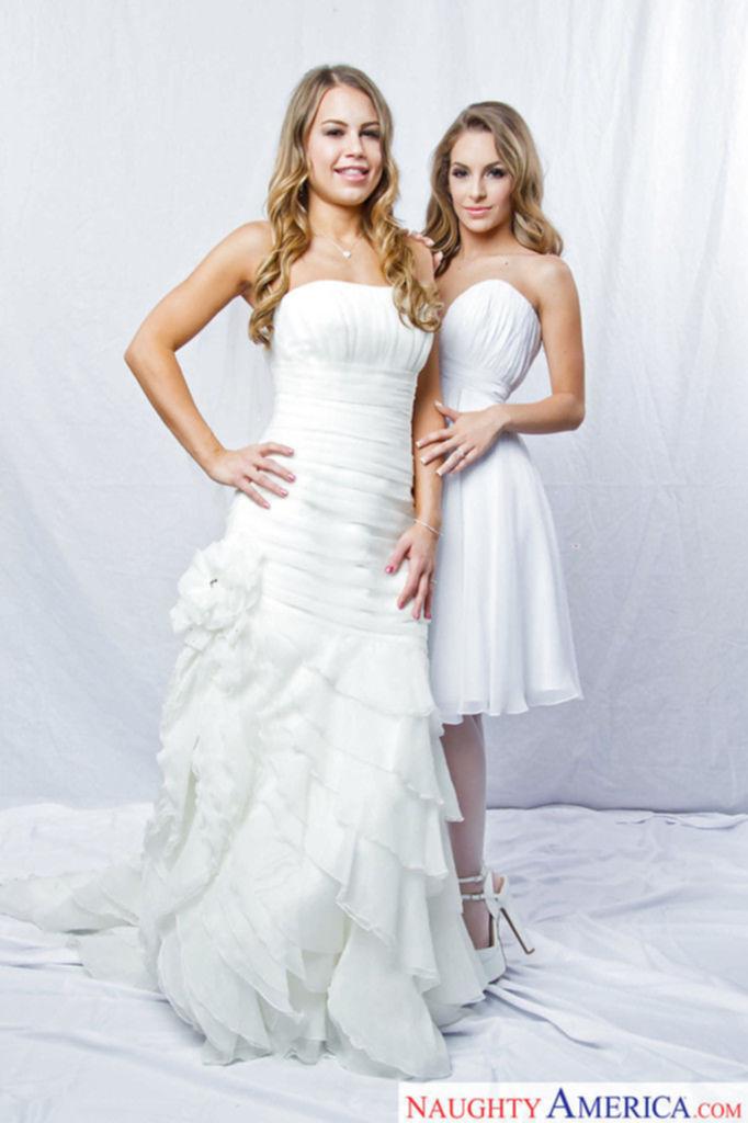 Откровенная фотосессия двух молодых невест с большими задницами