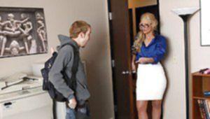 Молодой студент ублажил заведующую анальным соитием