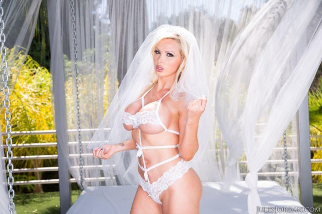 Белокурая невеста с большими сиськами разделась во время свадебной фотосессии