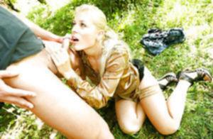 Пошлая блондинка принимает на себя золотой дождь от хахаля