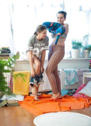 Голенькие европейки выбирают откровенную одежку для прогулки