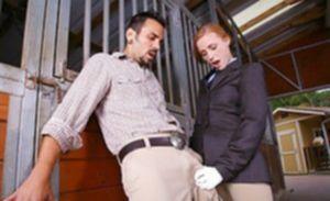 Девушка жокей трахается в сарае с везучим работником