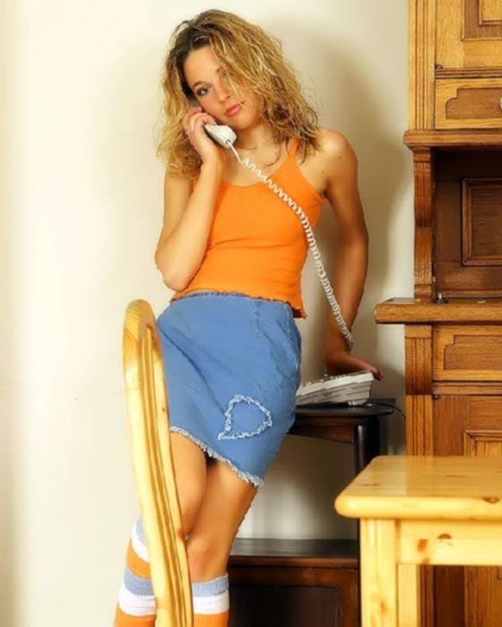 Спортивная девочка в короткой юбке мастурбирует на столе