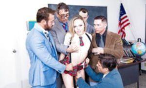 Молоденькая блондинка с маленькой грудью в униформе сосет члены