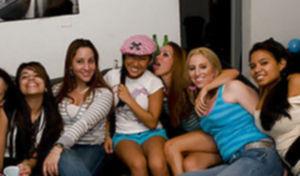 Развратные телки пригласили стриптзера на порно вечеринку