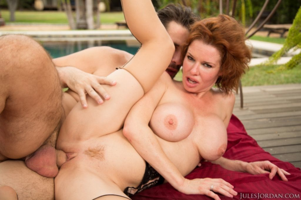 Рыжеволосая мамочка с большими титьками изменяет мужу в пизду и попу