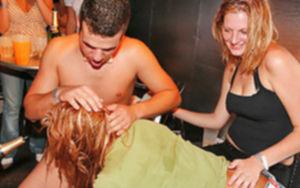Этой ночью в ночном клубе произошла порно вечеринка
