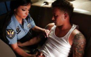 Полицейская Jewels Jade трахается с преступником на заднем сидении