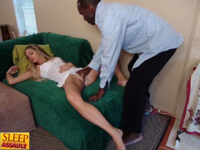 Негр трахнул спящую блониднку