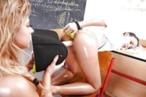 Азартная блонда доводит брюнетку до оргазма жестким фистингом
