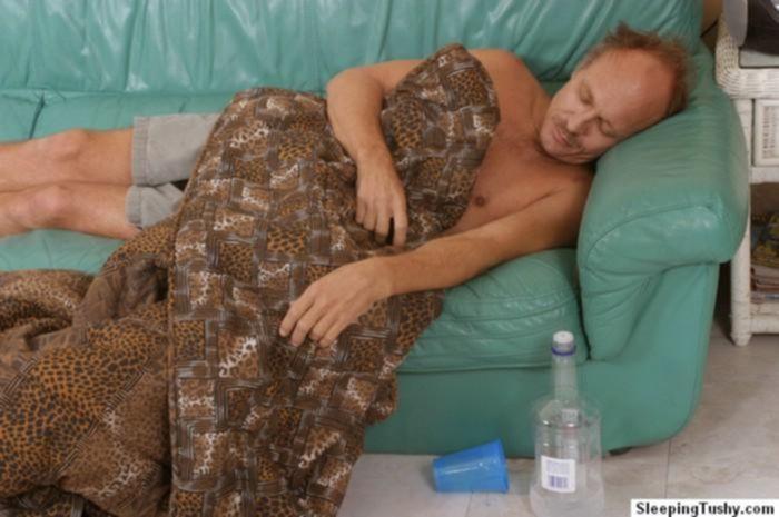 Трахнул пьяную спящую девушку