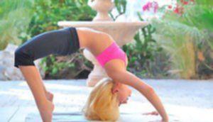 Шальная блондиночка занимается йогой на крыльце особняка