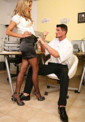 Белокурая секретарша дала сотруднику отыметь себя в письку