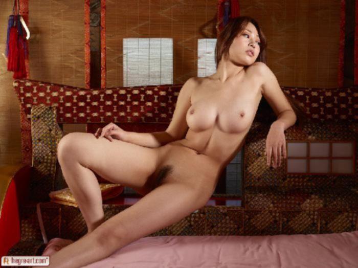 Азиатка хвастается большими титями