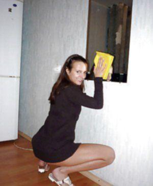 Сексуально озабоченная худышка обнажается перед зеркалом