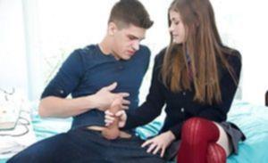 Худенькая студентка принимает на губки сперму пошлого мужика