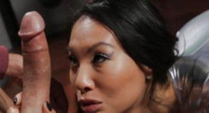 Азиатская  порно звезда  играет на яшмовой флейте европейца.
