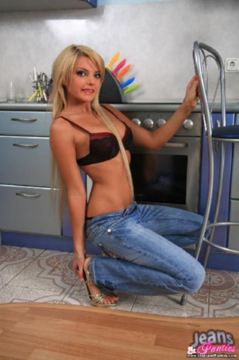 Стройная блондинка устраивает стриптиз на кухне