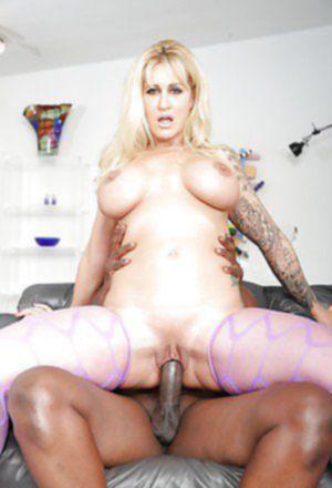 Массивный негр загоняет огромный член в сочную вагину блондинки