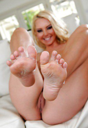 Покорный фетишист кончает на ножки гламурной блондиночке