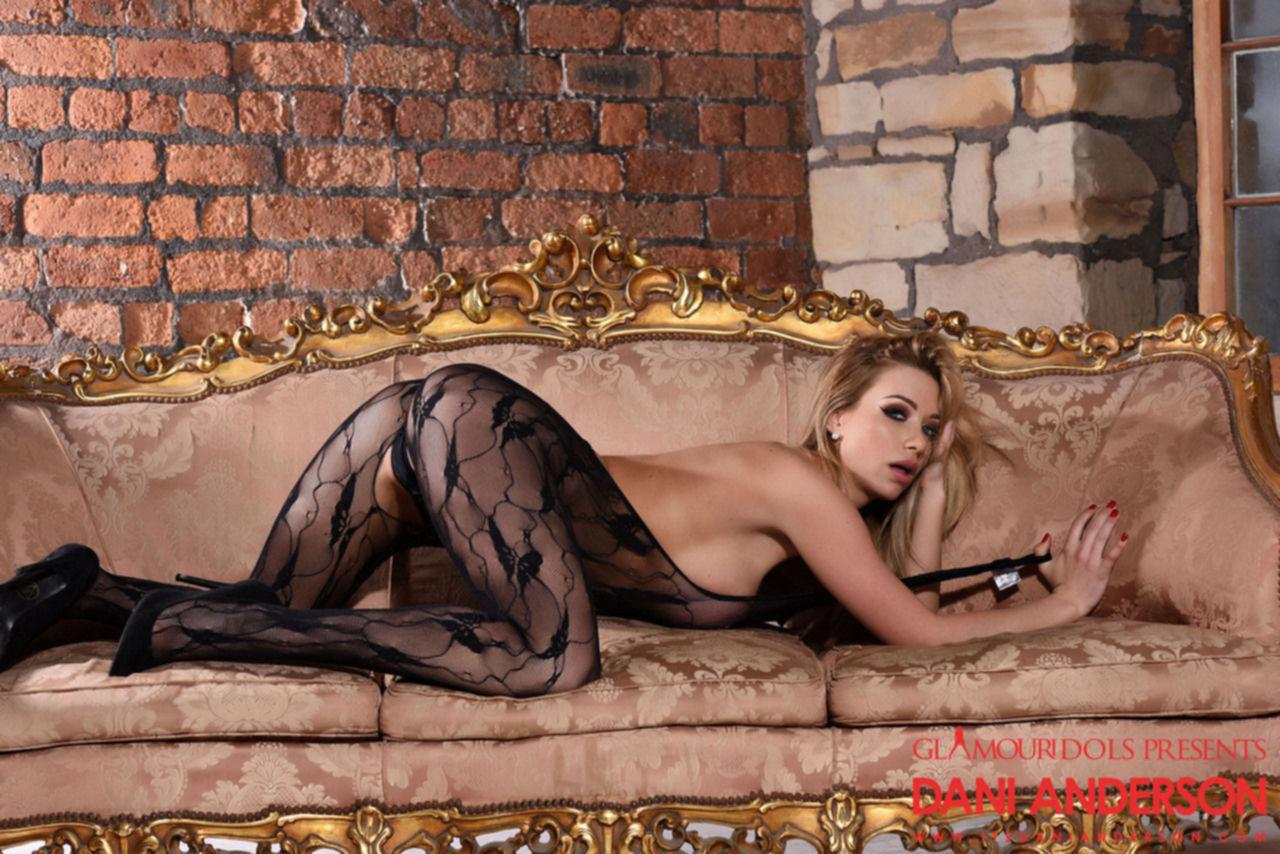 Горячая блондинка в откровенном белье показала большие сиськи