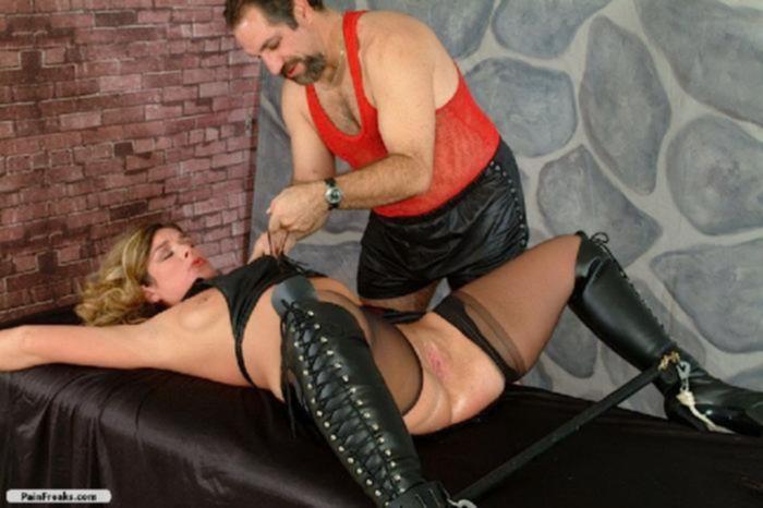 Мастер измывается на выбритой писькой дамочки прищепками