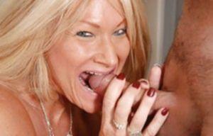 Зрелая женщина с большими титьками отжигает