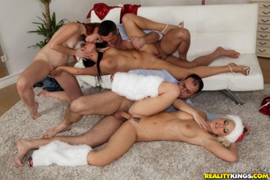 Опытные парни трахнули и обкончали сексуальных снегурочек