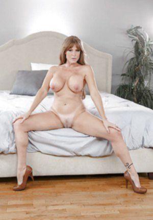 Озабоченная дамочка показывает в постели интимные дырки