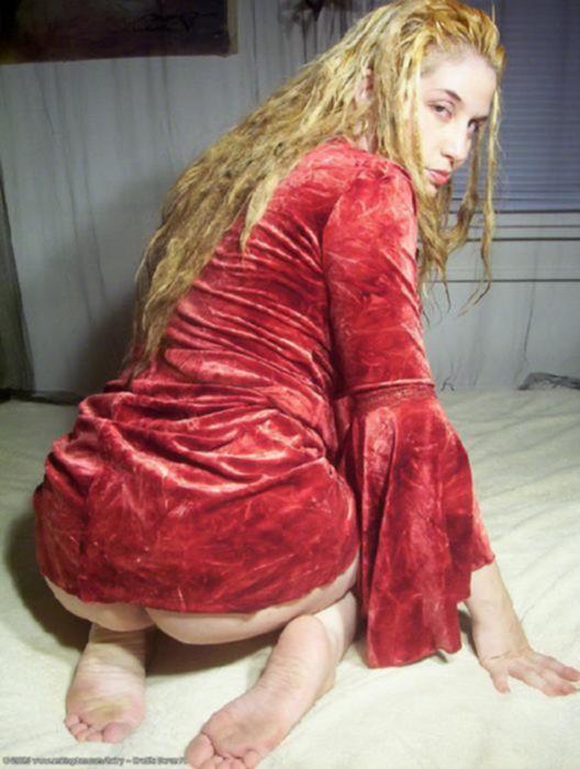 Голодная сучка в рыжей волосатой киской возбуждает мужчину своим телом