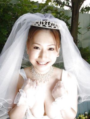 Японская невеста светит огромными дойками с волосатой киской