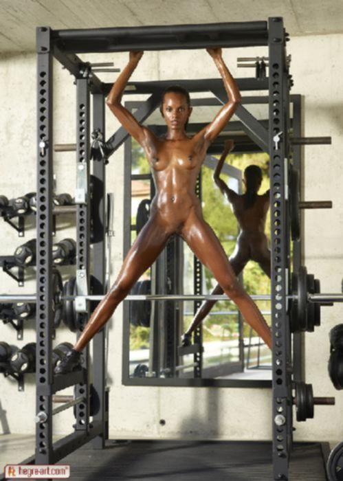Сексуальная африканка в тренажерном зале