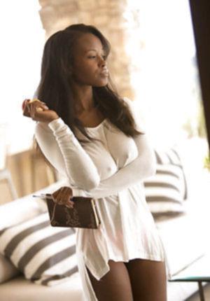 Изабелла в короткой юбке показывает свои прелести