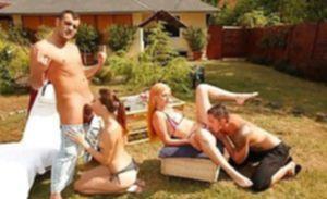 Две миловидные подруги жарятся на вечеринке с друзьями
