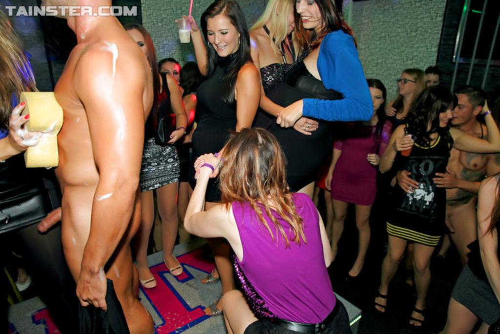 Похотливые телки отсасывают молодым парням на порно вечеринке
