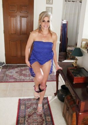 Престарелая блондинка раздвигает длинные ноги на коврике