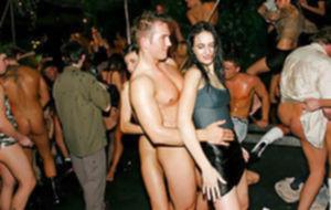 Молоденькие стервы наслаждаются жёсткой групповухой на вечеринке