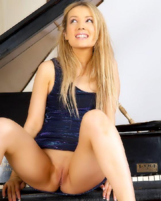 Голая пианистка готова к сексу с учителем