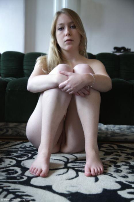Голая девушка хвастается своей выбритой писей