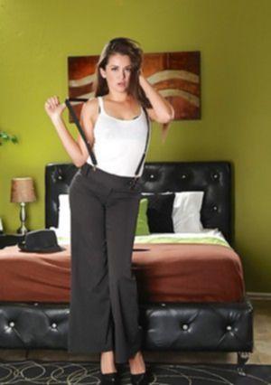 Жаркая латиноамериканка раздевается догола в номере отеля