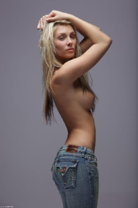 Блондиночка светит идеальными сиськами с торчащими сосками