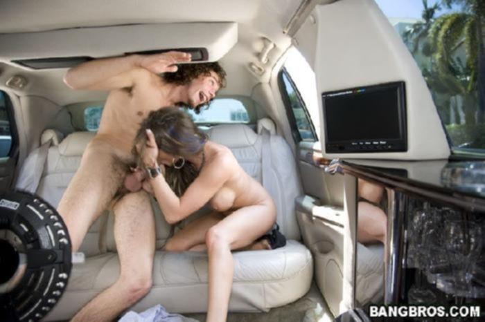 Реальное порно с сексапильной малышкой на заднем сидении машины