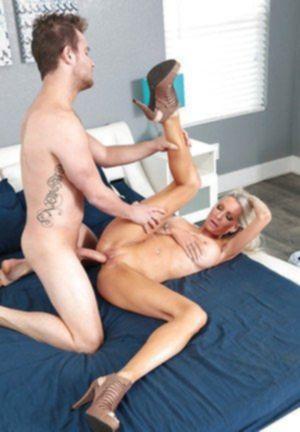 Зрелая спортсменка выпрашивает трах у парня горячим отсосом