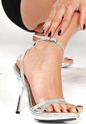 Гибкая мулатка вылизывает нежные пальчики на длинных ногах