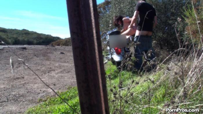 Извращенец снимает трах сисястой телки