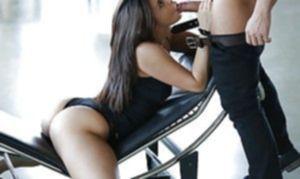 Жопастая телка Nikki Waine горячо доит эрегированный пенис отсосом