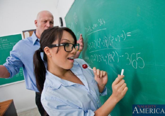 Школьница с большой попкой сосет хуй учителя математики