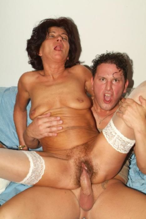 Две зрелые сучки на одного мужика