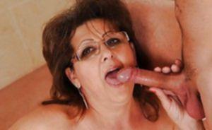 Зрелой женщине молодой любовник вылизал манду